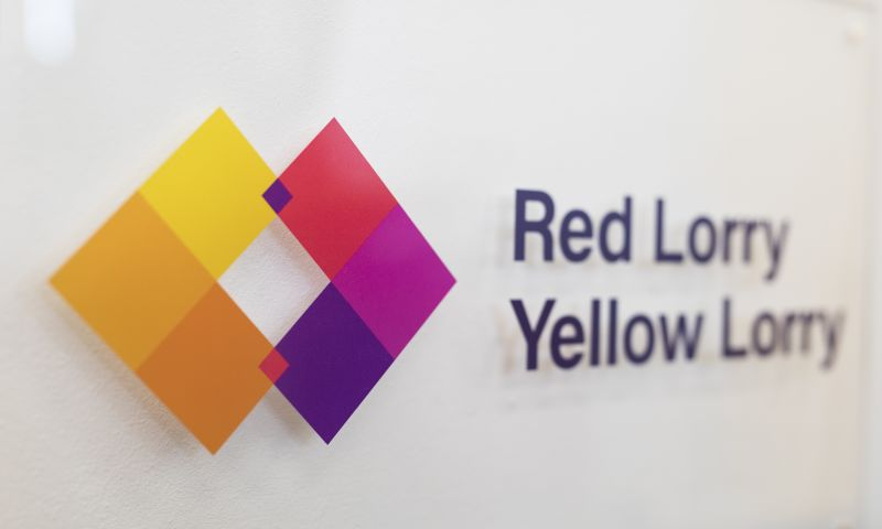 Red Lorry Yellow Lorry - Photo - 1