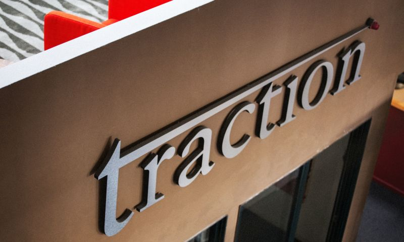 Traction - Photo - 1
